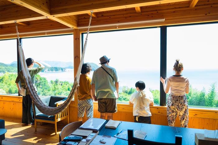 大きな窓から見渡せる瀬戸内海の絶景(C)Airbnb