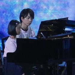嵐・櫻井翔が強力サポート 半身麻痺の少女とピアノ生演奏<24時間テレビ42>