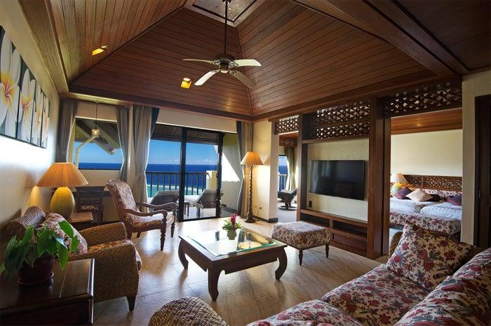 オーシャンビューが広がるスイートルーム/夕刻にはサンセットも楽しめる(C)Aqua Resort Club Saipan