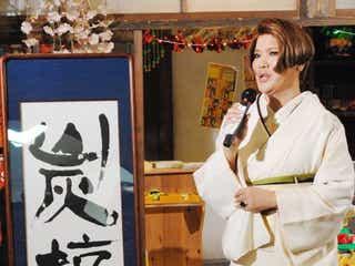 IKKO、ド迫力の処女作お披露目「50の手習い」