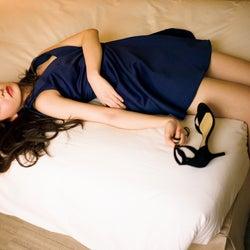 HKT48森保まどか、ミニドレスで美脚あらわ 寝そべりSEXYショットを披露
