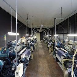 ジャパンブルー、見学可能なデニム工場の操業開始