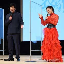 土屋太鳳のモノマネをする田中圭を見て笑う土屋太鳳(C)モデルプレス