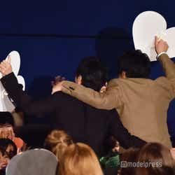 肩を組む田中圭、林遣都(C)モデルプレス
