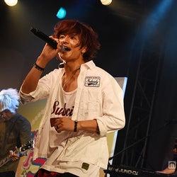 鈴木勤率いる読モバンド・THE 774's GONBEEに女子熱狂 「Popteenフェス」で全力パフォーマンス