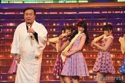 "NMB48、唇SEXYな""ハンカチダンス""で魅せる レトロなミニスカ衣装で登場<紅白リハ3日目>"