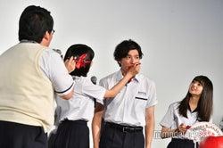 松本穂香(右)、山田裕貴(左)にケーキをあーん(C)モデルプレス