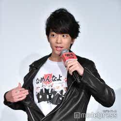 なめ猫Tシャツを披露する伊藤健太郎(C)モデルプレス