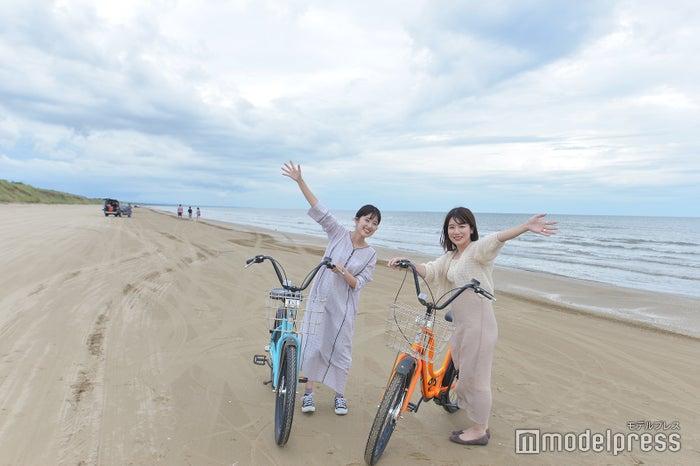 砂に車輪がとられないようタイヤが太目の自転車なので安心して走行できる(C)モデルプレス