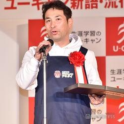 「軽減税率」で受賞した有限会社アキダイ代表取締役社長・秋葉弘道氏/スマホのメモを見ながらスピーチをして会場を和ませる (C)モデルプレス