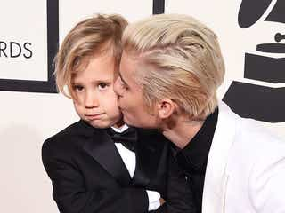 ジャスティン・ビーバー、弟とグラミー賞レッドカーペット登場でキス