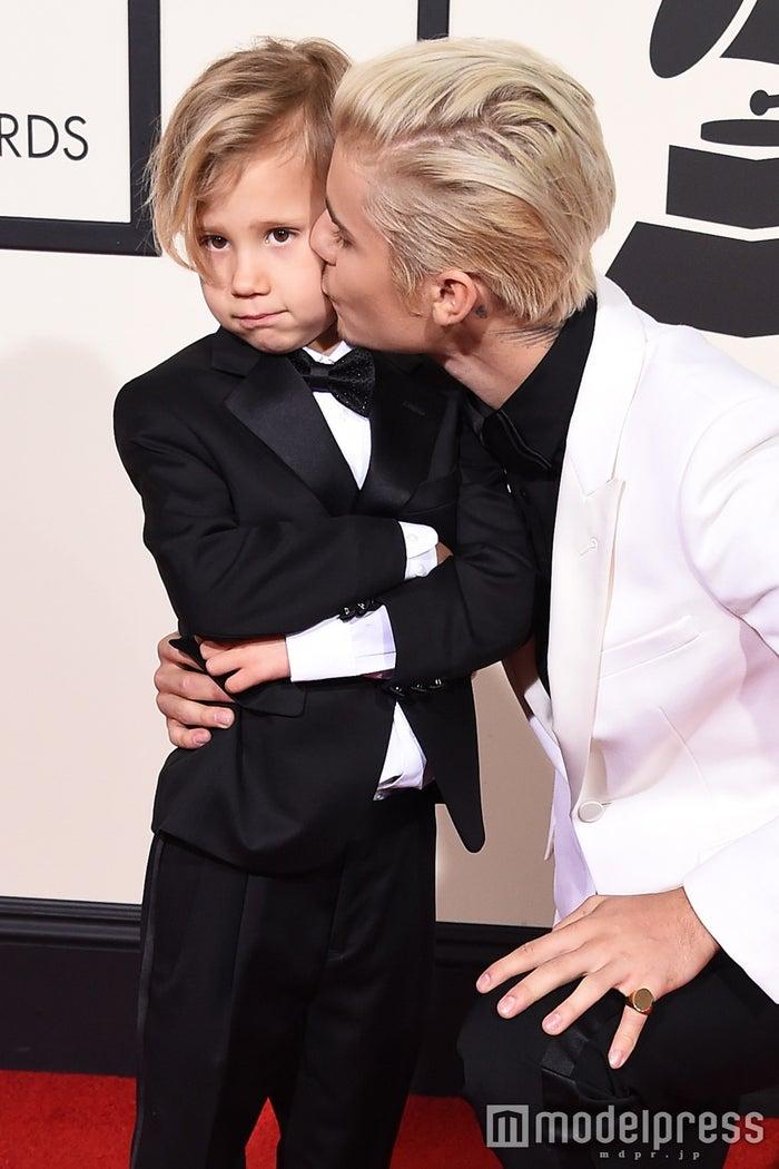 ジャスティン・ビーバー、弟とグラミー賞レッドカーペット登場でキス/photo:Getty Images