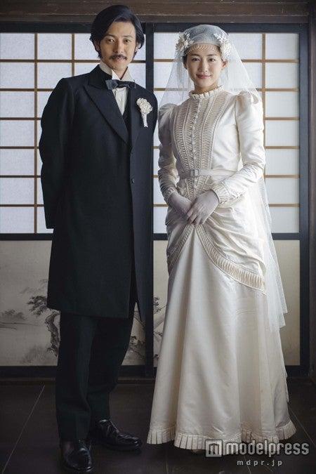 新島襄(オダギリジョー)と山本八重(綾瀬はるか)の結婚写真(C)NHK