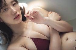 小倉優香、美バスト&セクシーな眼差しで溢れる色気