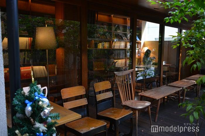 1階はひとり利用しやすいブックカフェのような雰囲気(C)モデルプレス