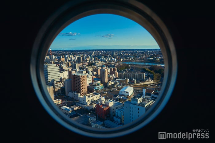 小さな窓から水戸の街を一望 (C)モデルプレス