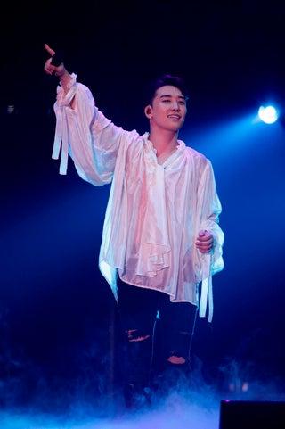 V.I 、初のソロツアー開幕 BIGBANGファンへの愛感じるステージ<SEUNGRI 2018 1ST SOLO TOUR [THE GREAT SEUNGRI] IN JAPAN>