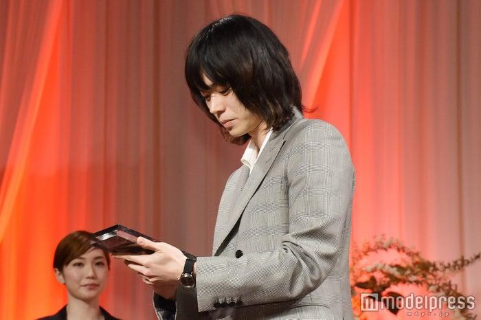 もはや恒例?トロフィーを眺める菅田将暉 (C)モデルプレス