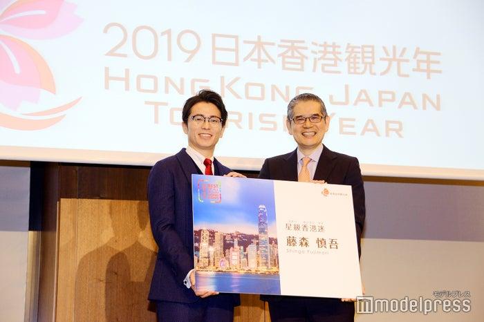 藤森慎吾、香港政府観光局の日本局長・堀和典(C)モデルプレス