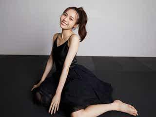 秋田汐梨、3作目のカレンダー発表 黒ドレス&メガネ姿…魅力を凝縮