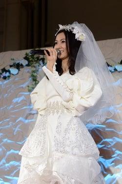 倉木麻衣、純白ドレスで登場 理想の男性明かす