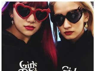 E-girls須田アンナ&YURINO、韓国でGW満喫 ド派手ピンクヘア&お揃いコーデに注目集まる