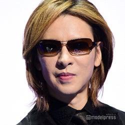 X JAPAN・YOSHIKI、美人母&幼少期ショット公開に反響「そっくり」「可愛い」