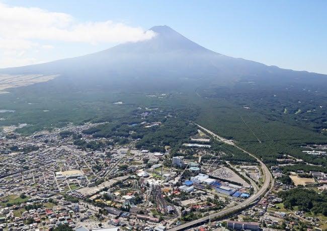 富士急ハイランドと富士山/画像提供:富士急行