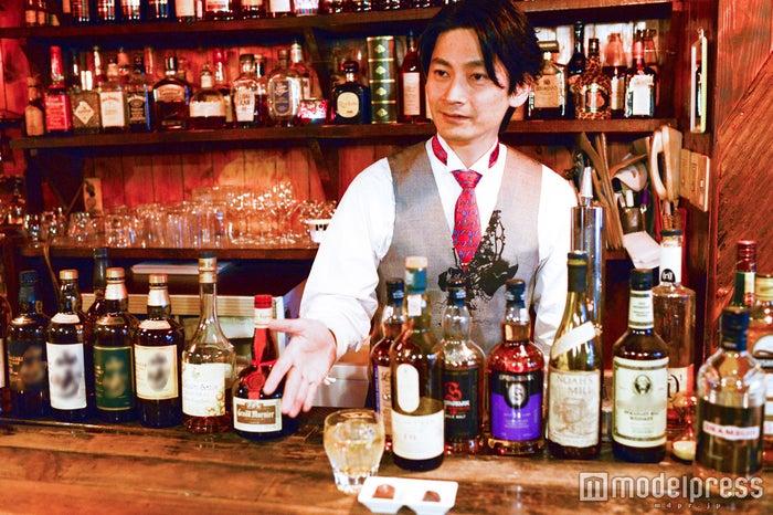 Bar tail(東京・高円寺)の店長を務めるバーテンダーの松本渉(まつもとわたる)さん(C)モデルプレス
