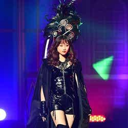 """モデルプレス - 宮城舞、""""絶対領域""""あらわなSEXYスタイルで魅惑の眼差し"""