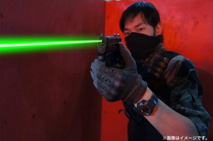弾道がレーザー光線のように走る/画像提供:ASOBIBA