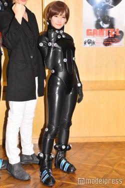 モデルプレス - スパガ浅川梨奈、ボディラインくっきりスーツに赤面 注目はヒップ<GANTZ:L>