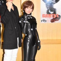 スパガ浅川梨奈、ボディラインくっきりスーツに赤面 注目はヒッ…