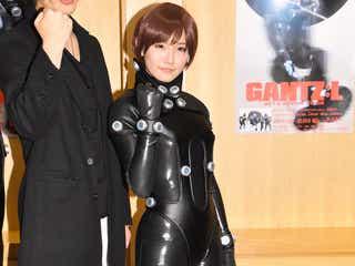 スパガ浅川梨奈、ボディラインくっきりスーツに赤面 注目はヒップ<GANTZ:L>