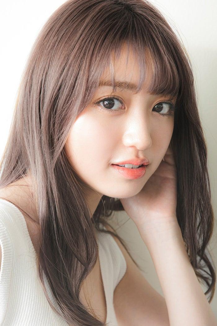 <香音(かのん)プロフィール>2001年4月20日生まれ、東京都出身。2013年の当時小学5年生の時に「第1回ニコ☆プチモデルオーディション」にてグランプリを受賞し、4月号より同誌専属モデルに。表紙を12号連続で飾る人気を誇った。2015年に同誌から「nicola」専属モデルに進級。2019年「Popteen」5月号より同誌専属モデルとなり、2020年の12月号にて初の単独表紙を飾った。