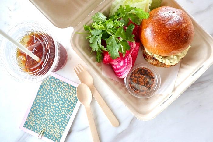 シュリンプバーガー - ハラペーニョマヨネーズとコチュジャンソース、レタスとラディッシュのサラダ/画像提供:bills japan
