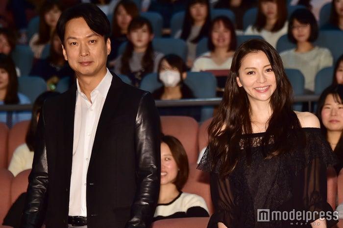 ドラマ「嫌われる勇気」完成披露舞台挨拶の模様(左から)椎名桔平、香里奈(C)モデルプレス