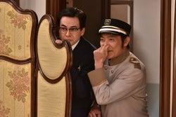 鈴木浩介、渡辺いっけい/「崖っぷちホテル!」第2話より(C)日本テレビ