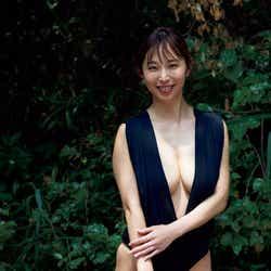 モデルプレス - 塩地美澄アナ、美バスト際立つSEXY衣装で悩殺