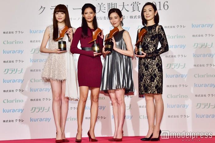 「第14回クラリーノ美脚大賞」を受賞した(左から)松井愛莉、菜々緒、水川あさみ、草刈民代 (C)モデルプレス