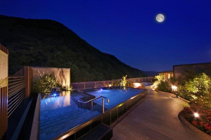 鬼怒川温泉の中で最も高い場所に位置する「空中庭園露天風呂」/画像提供:あさやホテル
