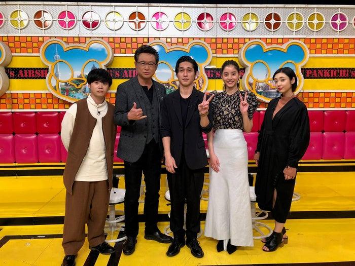 (左から)矢本悠馬、船越英一郎、錦戸亮、新木優子、山谷花純(C)フジテレビ
