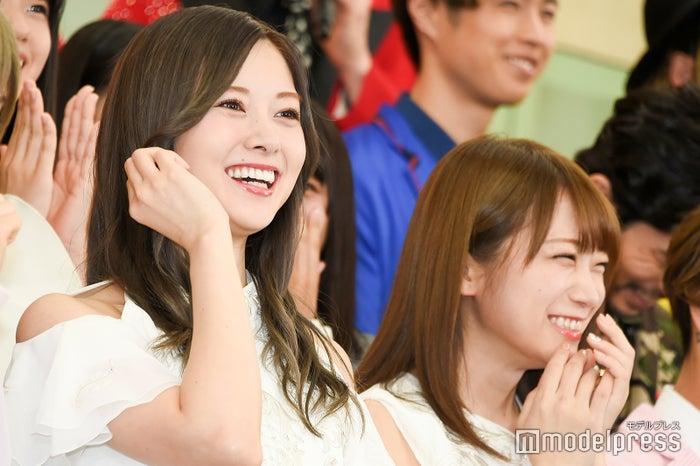 純烈・小田井涼平のジョークに笑う白石麻衣、秋元真夏 (C)モデルプレス