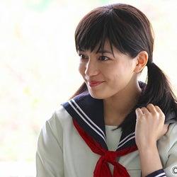 川口春奈、セーラー服×ツインテール姿披露 意外な新事実が明らかに<「探偵の探偵」第3話>