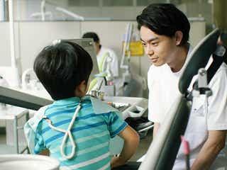 """菅田将暉の""""歯科医姿""""公開に「歯医者毎日行く」とファン興奮"""