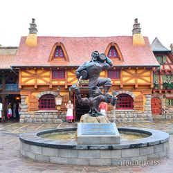 フード施設「ラ・タベルヌ・ド・ガストン」の前にはガストンの噴水(C)モデルプレス(C)Disney