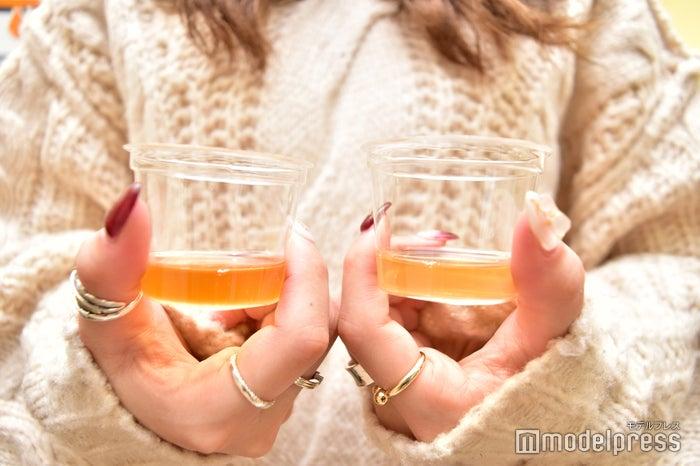 一番搾り麦汁(左)と二番搾り麦汁(右)(C)モデルプレス