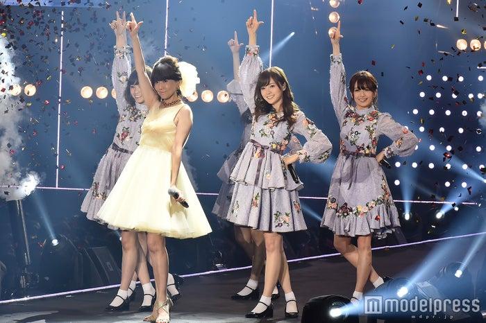 松本伊代(左から2番目)、乃木坂46(C)モデルプレス