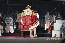 松井珠理奈、宮脇咲良とハグ(C)モデルプレス