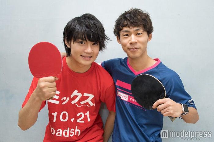 佐野勇斗と川口陽陽コーチ(C)モデルプレス